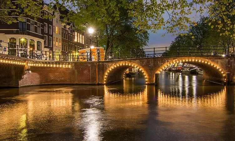 Amsterdam: One hour evening Canal Cruise with audioguide