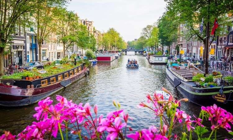 Amsterdam canal cruise with audioguide